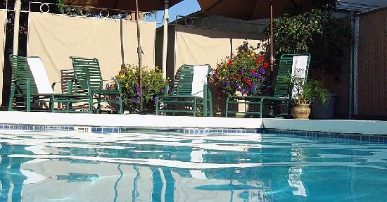 Broadway Inn Conference Center: Seasonal heated pool