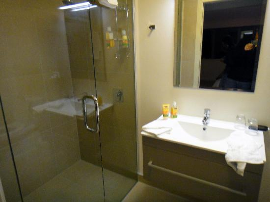 The B & B on the Hill: Bathroom - left side