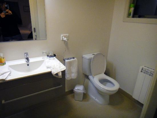 The B & B on the Hill: Bathroom  - right side
