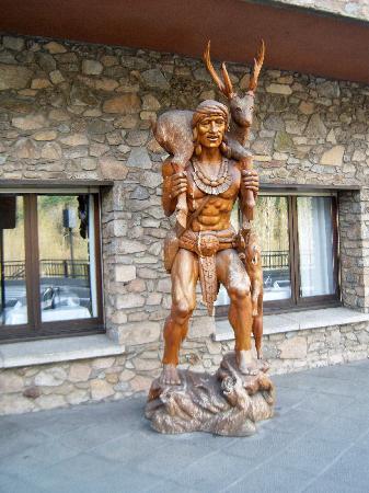 La Massana, Andorra: Estatua delante del hotel