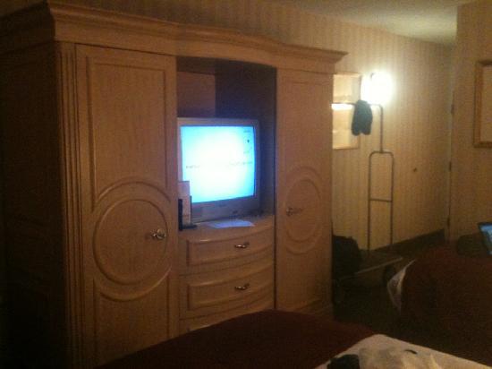 LivINN Hotel Cincinnati North / Sharonville: television, wardrobe & dresser combo