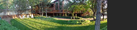 The Mayor's House Bed and Breakfast: panorama of backyard