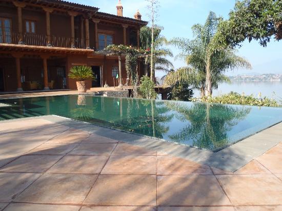 Hacienda Ucazanaztacua: Pool, hotel, lake - postcard perfect!