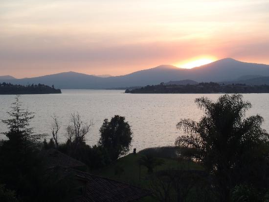 Hacienda Ucazanaztacua: Stunning sunset over the lake