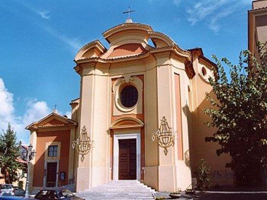 Colonna, Italie: La facciata della chiesa