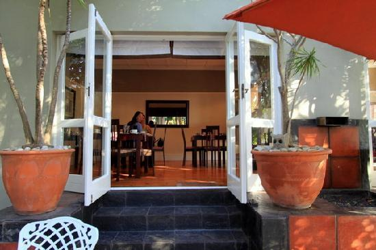 Conifer Beach House : The view from the outside dining area to inside, very spacious.