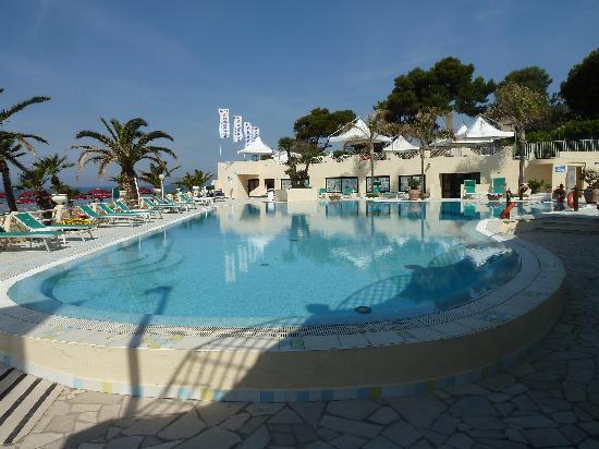 La Playa Grand Hotel: View of pool