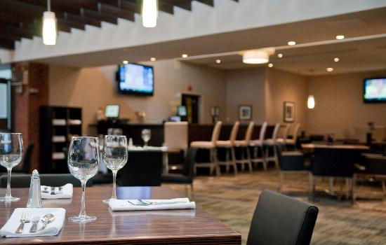Holiday Inn Oakville Centre: Come relax in our restaurant and lounge