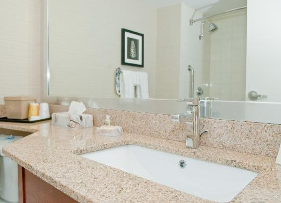 Holiday Inn Oakville Centre: All of our guestroom bathrooms were updated with the most modern ammenities