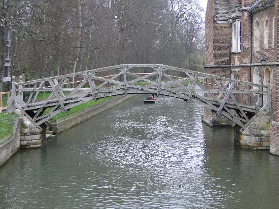 Cambridge, UK: Old wooden bridge crossing the River