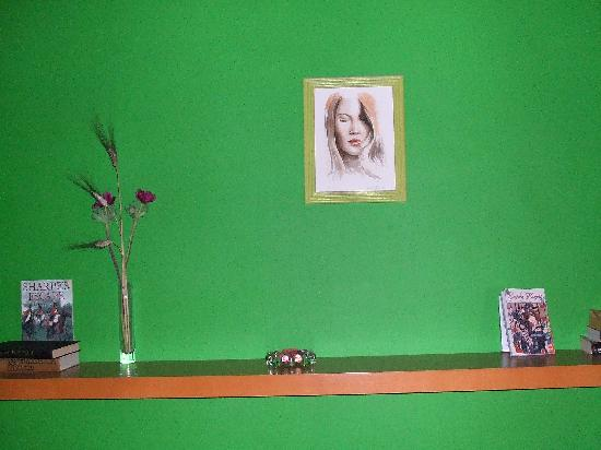 Domus Betti: 泊った部屋。部屋には娘さんが描いた絵が掛けてあった。