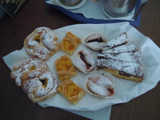 Foligno, إيطاليا: dolci appena sfornati a colazione!