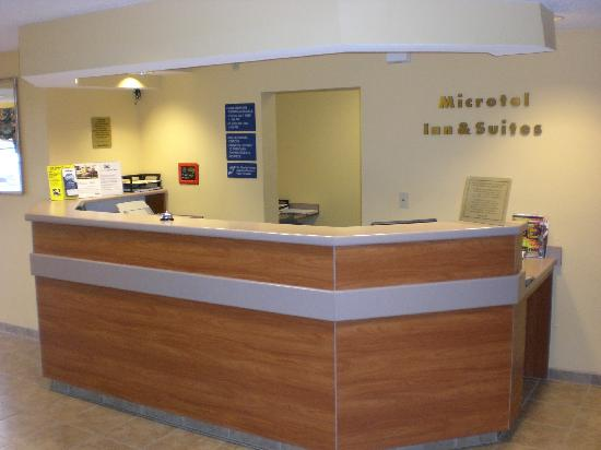 Microtel Inn & Suites by Wyndham Dover: Front Desk