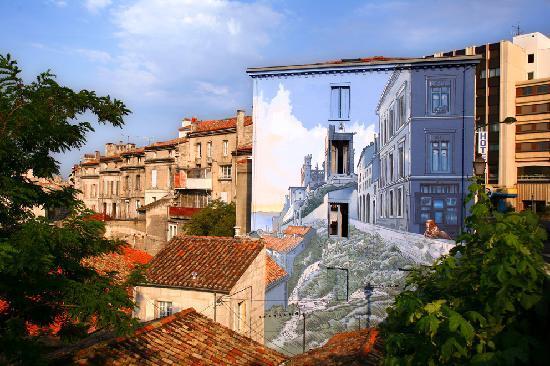 Angouleme, Frankrike: OT Angoulême - Mur peint (La fille des remparts - Max Cabanes)
