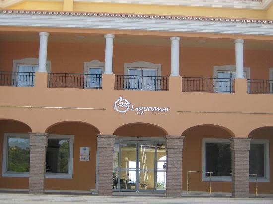 Almancil, Portugal: Voorkant van het hotel