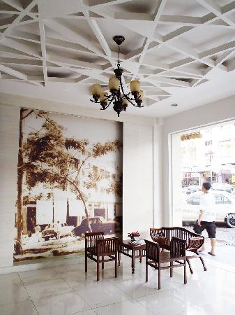 KK Suites Hotel: Lobby - seating area