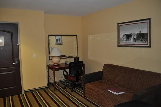 Moenkopi Legacy Inn & Suites: Rest of the suite- 2nd room
