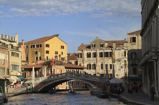 A Guide In Venice : canal Venecia