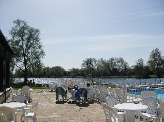 South Cerney, UK: outdoor pool and lake