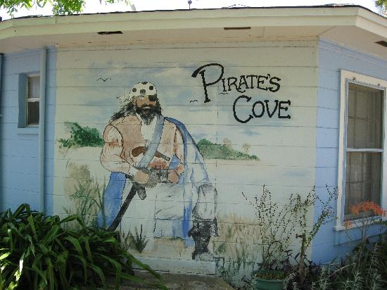 Pirates Cove Bayside Cottages: Can't miss the place.