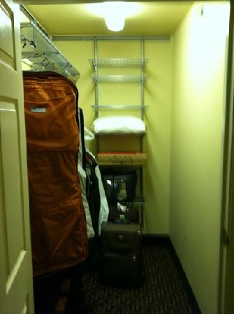 Wingate by Wyndham Greenwood Village/Denver Tech: Walk in closet in suite