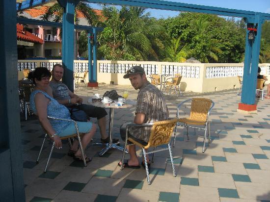 Brisas del Caribe Hotel: En train de prendre le petit café matinal sur la superbe terrasse située près du lobby