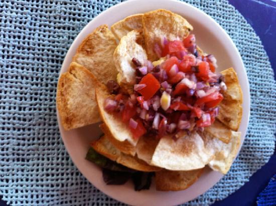 Tamarind Club : Homemade hummus with pita chips