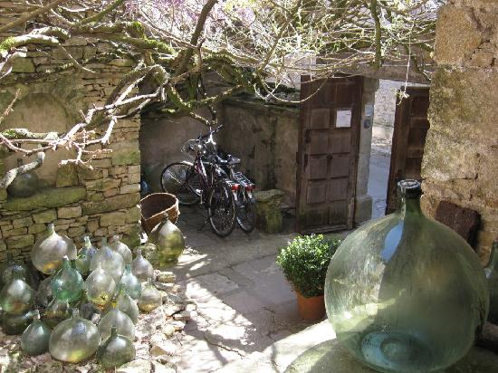 Cabalus: Courtyard off the street