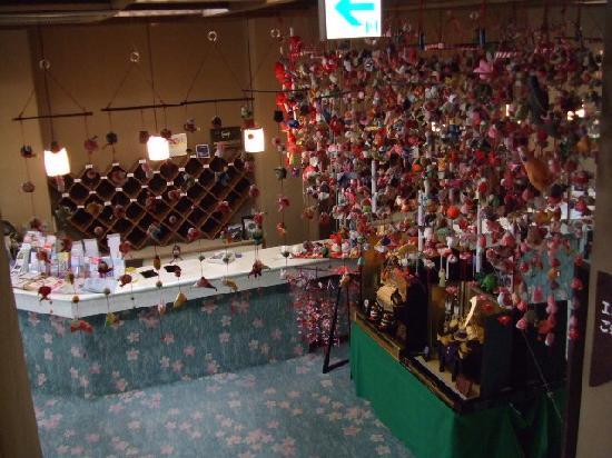 Hotel Yoshino: 玄関ロビーには吊るし雛!