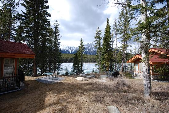 Patricia Lake Bungalows Resort : Our cabin to the left