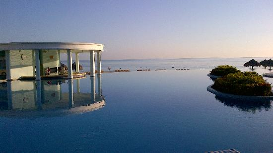Iberostar Rose Hall Suites: Infinity pool