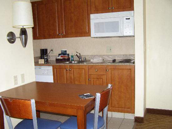 Homewood Suites by Hilton Oakland-Waterfront : kitchen area