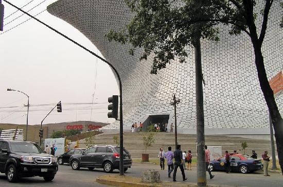 Museo Soumaya: Front steps - If you ascend the interior ramp, you will climb the full height of the building.