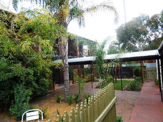Glenelg Gateway Apartments: Front courtyard
