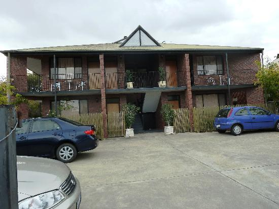 Glenelg Gateway Apartments: Rear view & car parking
