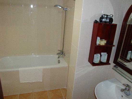 Asia Hotel Hanoi: Chambre - Cabinet de toilette (7ème étage)