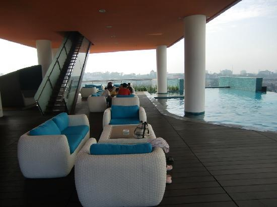 Sensa Hotel: Lounge near swimming pool, the stairs up to gym & spa