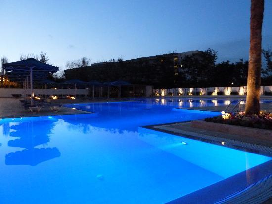 Mitsis Faliraki Beach Hotel: Pool at night at the mitsis faliraki