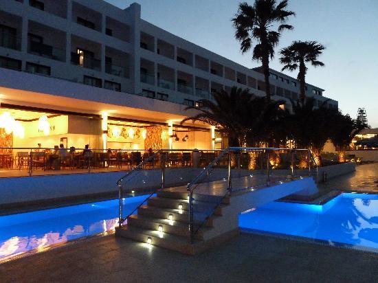 Mitsis Faliraki Beach Hotel & Spa: Themed restaurants at the Mitsis Faliraki at night