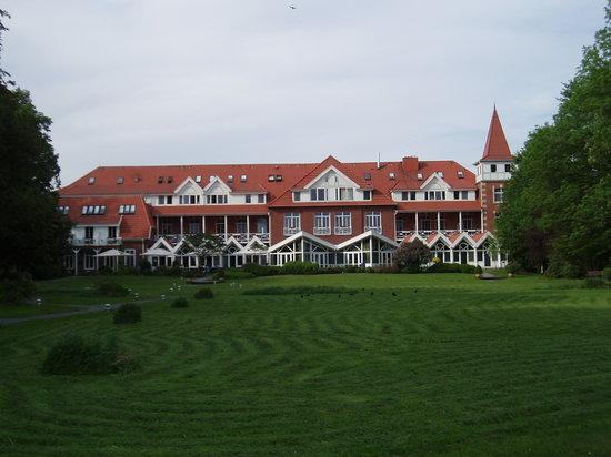 Seeschlösschen Dreibergen: Hotel vom Park
