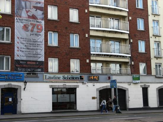 Staycity Aparthotels Christchurch: Façade de l'hotel (1 balcon = 1 appart.)