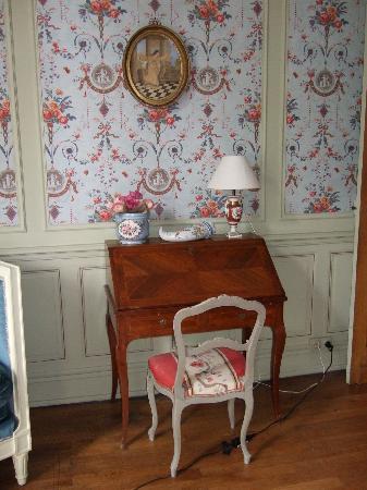 Chateau de Verriéres : Sekretär im Zimmer