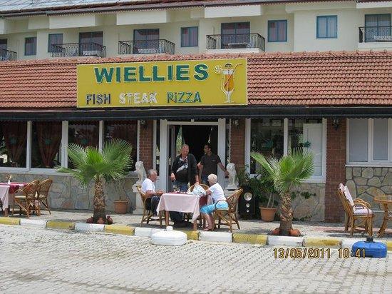 Wiellies Bar Restaurant: Eigenaar Wiel voor zijn restaurant Wiellies in Side