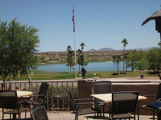 Fountain Hills, AZ: Beautiful patio overlooking Fountain Park Lake