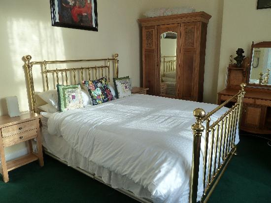 Claymore Vegetarian Guest House: room one with king size bed