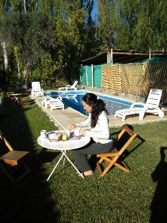 Hotel Rustico Cerro del Valle: Breakfast served by the pool