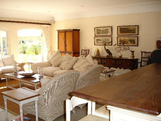 Constantia Valley Lodge: Lounge with honesty bar and fireplace