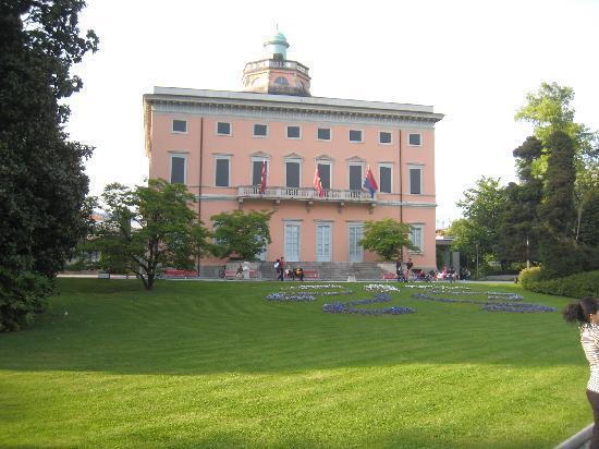 Parco Civico: Il palazzo dei congressi nel parco