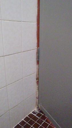 Sea View Hotel & Holiday Resort: rotting bathroom door frame