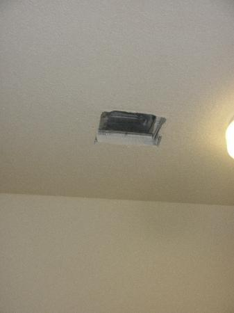 Candlewood Suites Philadelphia - Mt. Laurel: Where the vent came crashing down from without warning